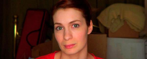 Фелиция Дэй в роли Сид Шерман перед камерой видеодневника