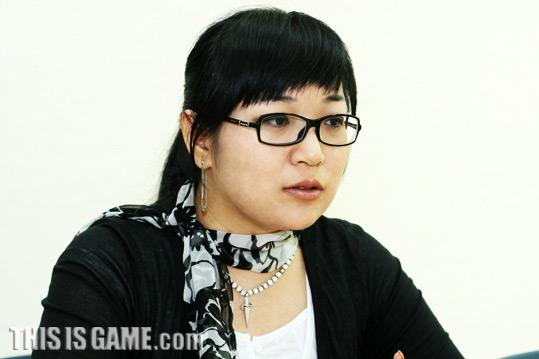 Начальник группы художественных работ Kim Yun Gyeong.